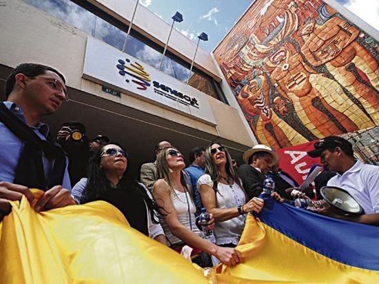 Estudiantes y maestros marchan en contra de reformas a la LOES