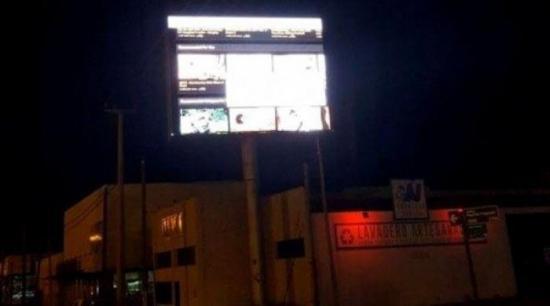 Exhiben imágenes sexuales en pantalla publicitaria