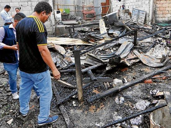 Un incendio consume cinco casas
