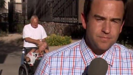 Hombre golpea a una mujer en silla de ruedas durante reporte en vivo