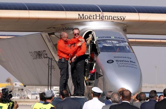 El avión Solar Impulse pospone despegue por enfermedad del piloto