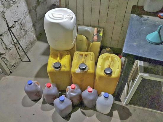 Destruyen licor incautado en operativo