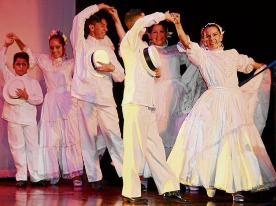 Dan inicio a festival de danzas tradicionales del país