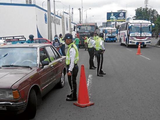 Realizan controles al tránsito informal