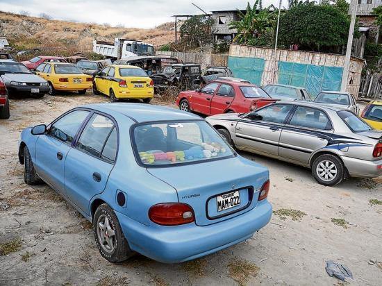 Retienen vehículos en la vía a  los bajos