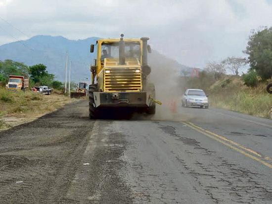 Trabajan en la vía  montecristi -jipijapa
