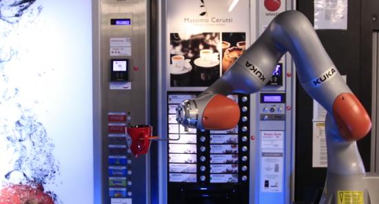 Crean un robot que ensambla autos y sirve café