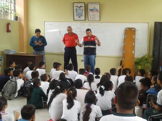 Bomberos capacitan a estudiantes y empleados en primeros auxilios