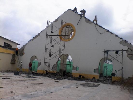 Moradores reparan la iglesia San José de la  parroquia 4 de Diciembre