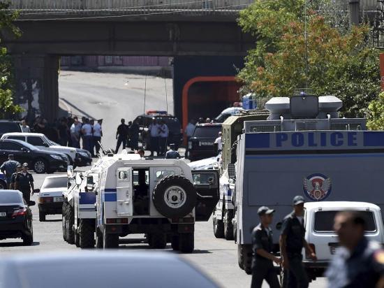 Un policía muere en ataque de extremistas contra un cuartel