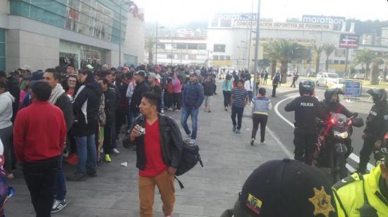 Hinchas de Independiente duermen afuera de un centro comercial por una entrada
