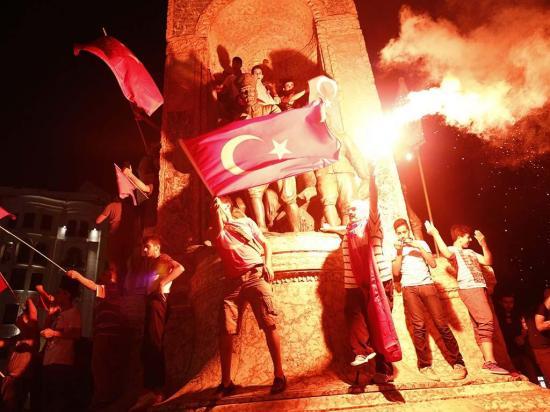"""El gobierno  turco """"limpia la casa"""""""