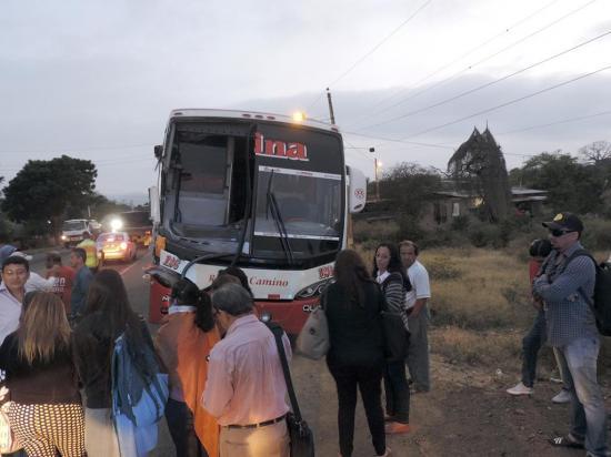 Oficial de un bus resulta herido en choque contra un tanquero
