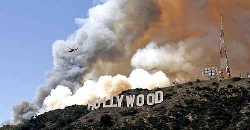 Cien bomberos trabajan en sofocar incendio cercano al letrero de Hollywood