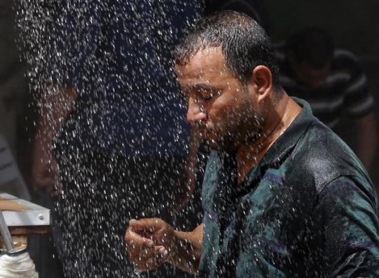 Iraquíes viven ola de calor que supera los 50 grados