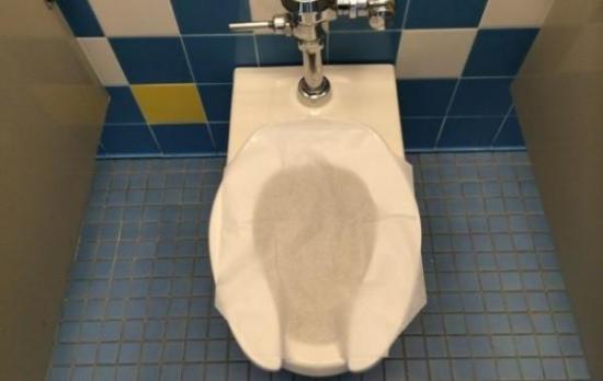 Estás poniendo en riesgo tu salud si haces esto en los baños públicos
