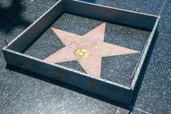 Colocan un 'muro' alrededor de la estrella de Donald Trump en Hollywood