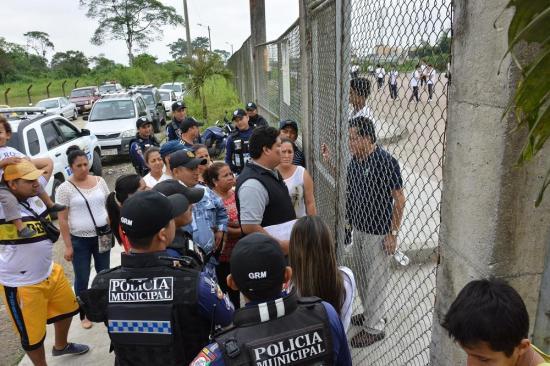 Comerciantes y policías municipales se enfrentan en los exteriores de un colegio