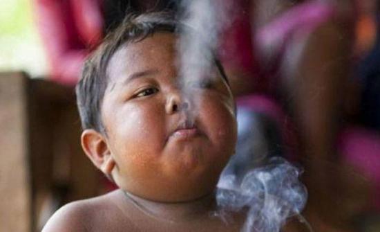 Así está el niño que fumaba 40 cigarrillos diarios cuando tenía dos años