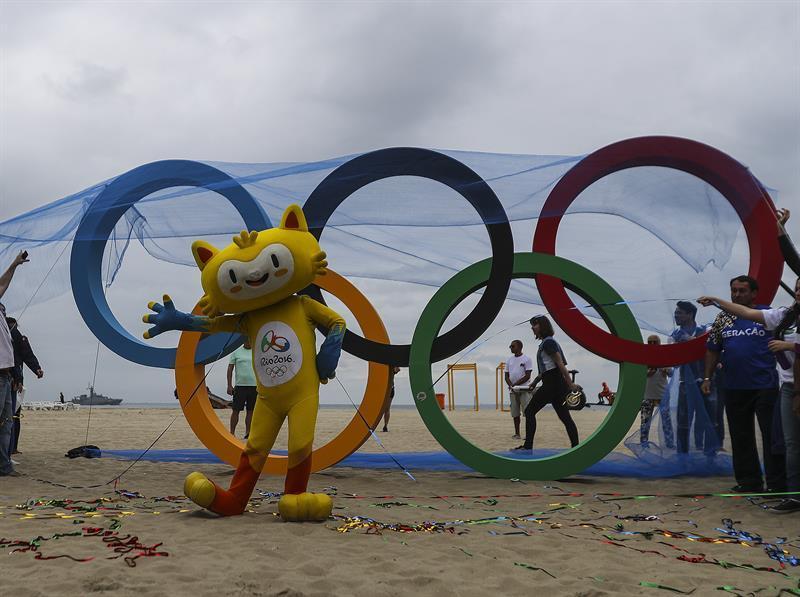 Inauguran anillos olímpicos de plástico reciclado en playa de Río de Janeiro