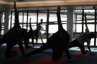 Yoga, nueva forma de aliviar la espera en el aeropuerto de Santiago