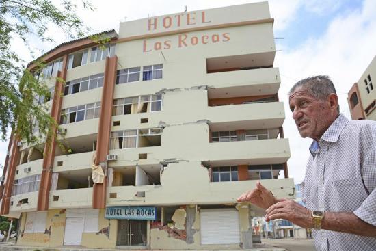 Ramón va todos los días a su destruido hotel