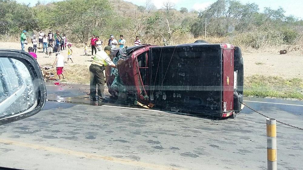 Heridos en choque y vuelco en la vía Montecristi-Portoviejo