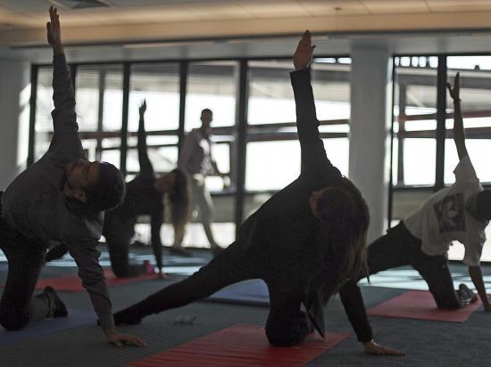 Pasajeros hacen yoga en aeropuerto