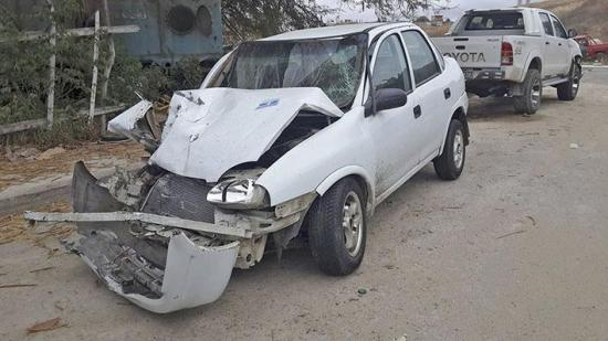 Carros se impactan en redondel