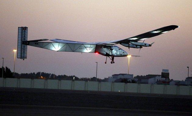 El avión Solar Impulse inicia su último viaje para completar la vuelta al mundo