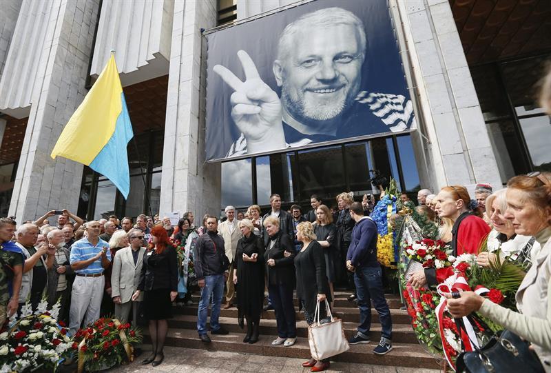 Cientos de personas despiden al periodista asesinado en Ucrania