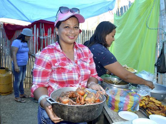 Cientos de turistas llegaron al festival del cangrejo en Salinas