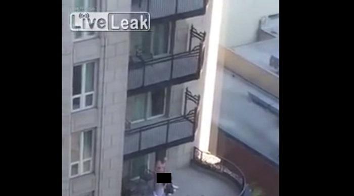 Abuelo es captado mientras hace un 'trío' en un balcón