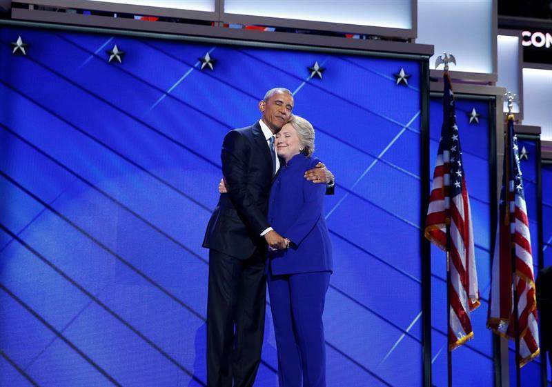 El conmovedor abrazo de Obama y Clinton: 'No hay nadie más cualificado que Hillary'