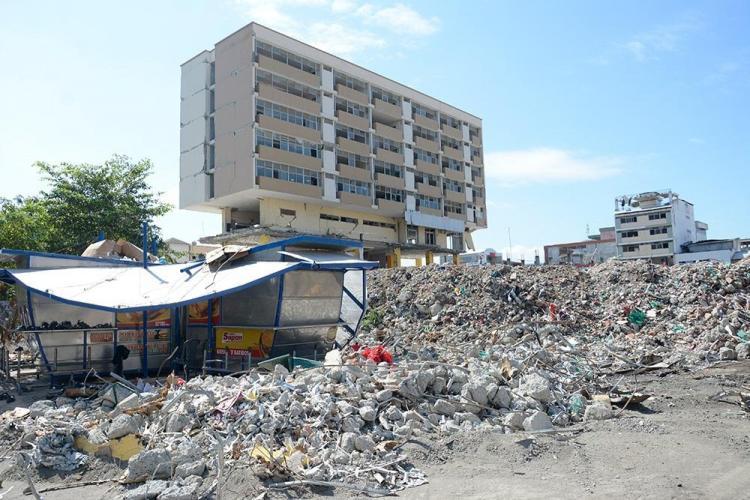 Las últimas imágenes del edificio del C.C. de Portoviejo antes de la implosión