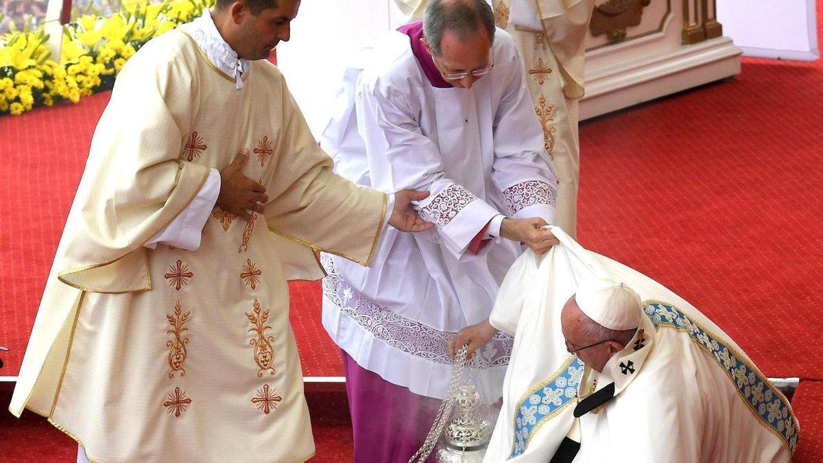 El papa Francisco sufre una caída durante misa en santuario de Czestochowa