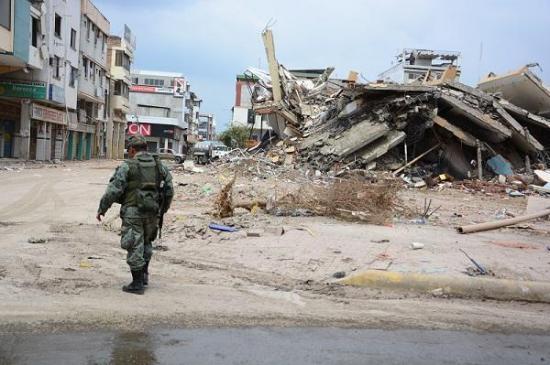 Así fue la implosión del Centro Comercial Municipal de Portoviejo