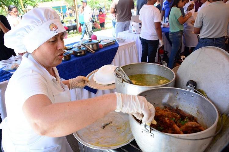 Portoviejo: El Festival del Caldo de Gallina Criolla concentró a cientos de personas