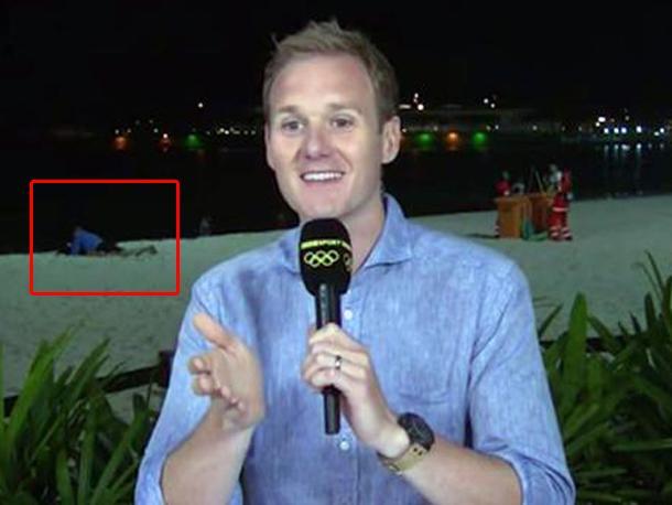 Periodista realizaba una transmisión en vivo y captó a una pareja 'muy cariñosa'