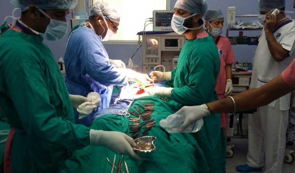 Extraen 40 cuchillos de su estómago a un hombre en la India