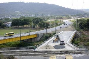 Amenazan con cerrar vía para exigir terminación del puente El Guabito
