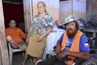 Milton Mendoza trabaja desde una silla de ruedas para mantener a sus padres