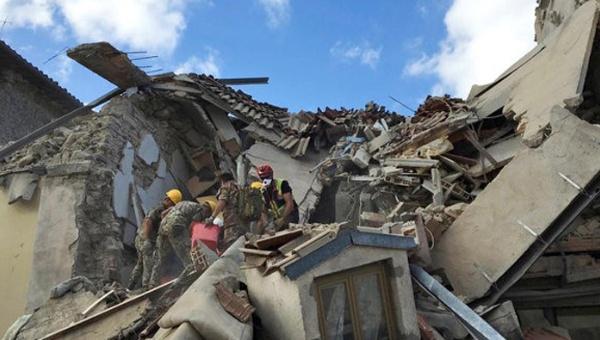 Rescatan con vida a niña tras 16 horas bajos los escombros en Italia