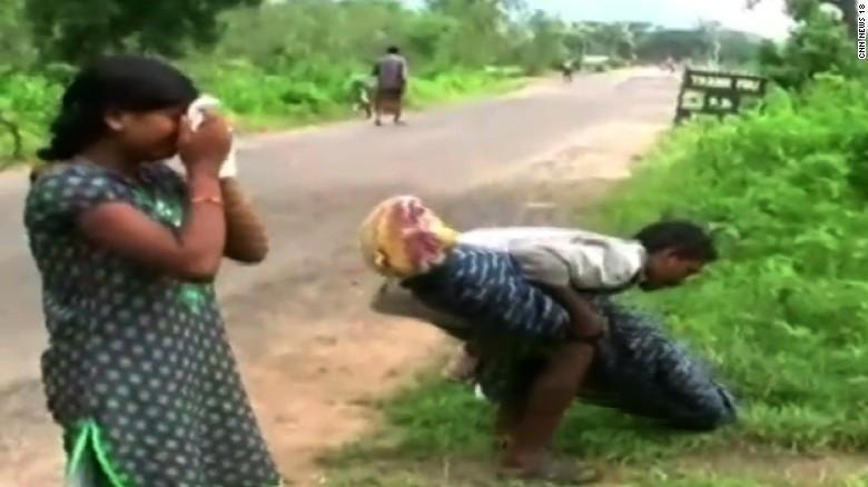 Carga el cadáver de su esposa por varios kilómetros al no tener dinero para contratar un carro