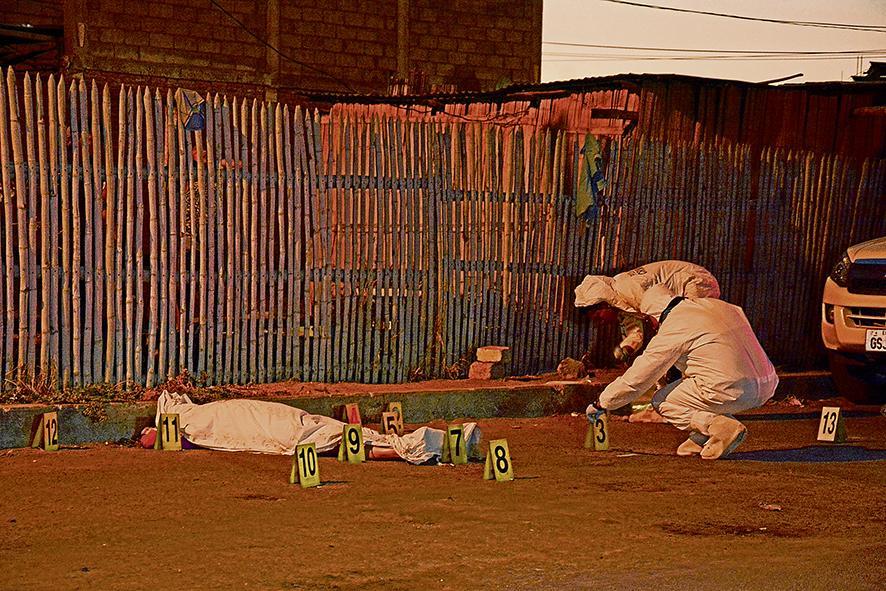Mujer fue asesinada de 11 disparos anoche en Manta