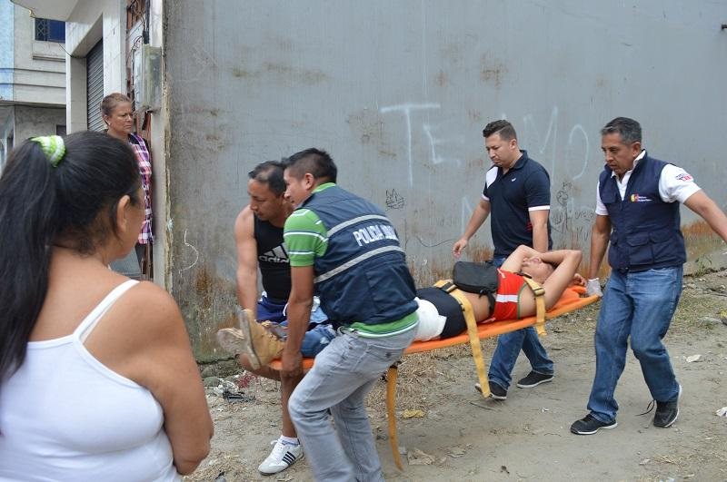 Hombre es acuchillado frente a su hijo en Santo Domingo