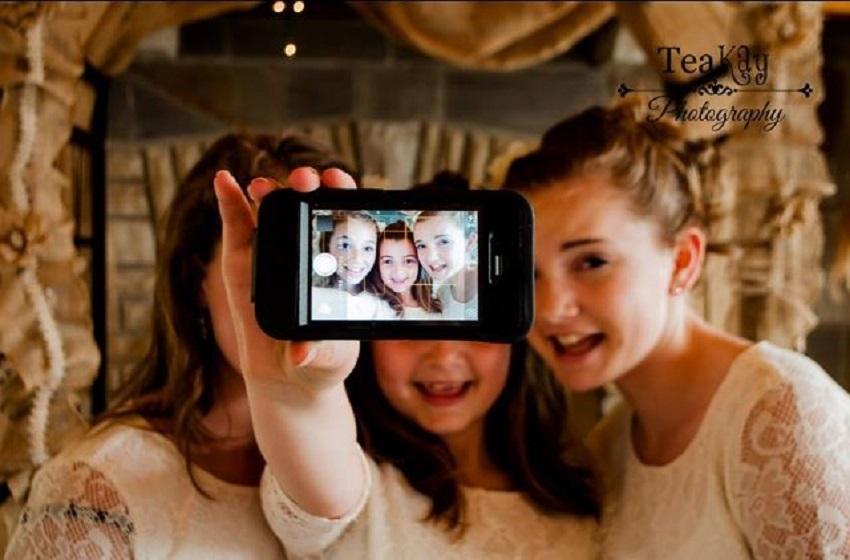 Los selfis aumentan contagio de piojos en alumnos, según estudio