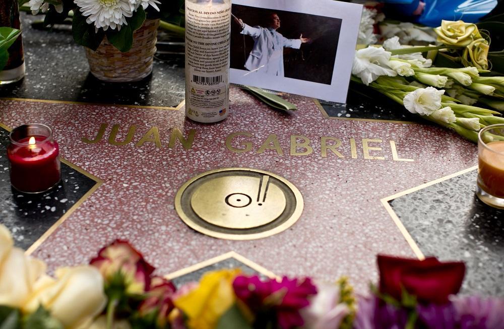 Los fans de Juan Gabriel le cantan desde su estrella en el Paseo de la Fama
