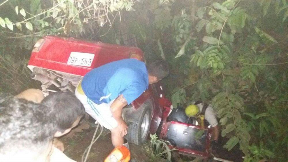 Camioneta cae  a una quebrada