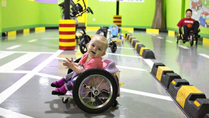 Fabricaron una silla de ruedas casera para su bebé con parálisis